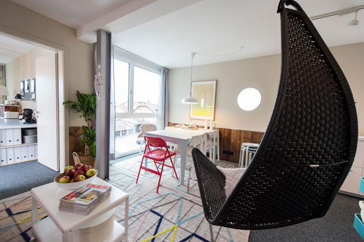 die ikea designerwohnung in luftiger h he. Black Bedroom Furniture Sets. Home Design Ideas